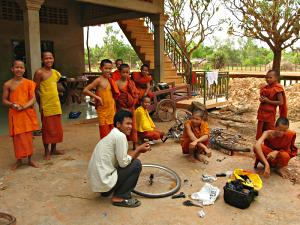 Monks at Rohal pagoda watching me changing a snapped spoke.