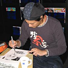 Manga artist Keitaro Arima drawing a picture for fans.