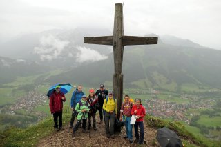 Group photo on the rainy DAV hiking guide course.