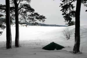 Tent in the snow on Käärmeluodot.